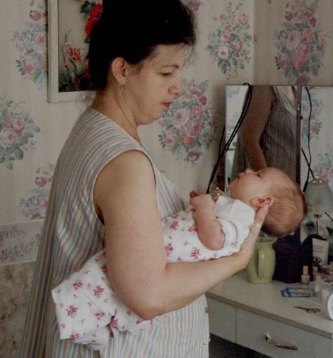 Как правильно носить ребенка на руках?