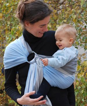 Для придания ребенку нужного положения Вы может подтягивать отдельно правый  и левый края хвоста слинга (верхний и нижний бортики соответственно). 080f046e705